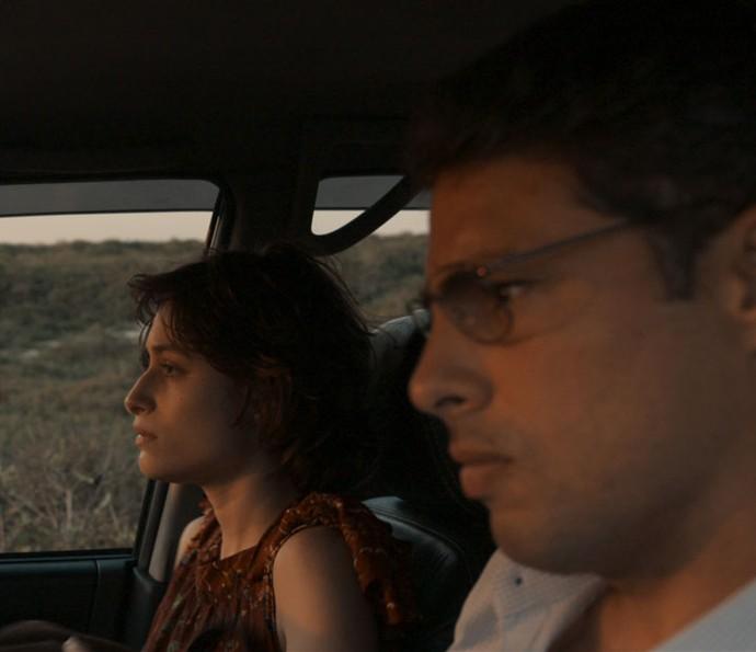 Maurício dá carona para Débora, que também viaja sem destino (Foto: TV Globo)