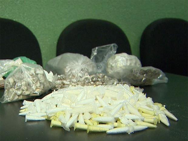 Com ajuda de cão farejador, drogas foram apreendidas no bairro Campos Elíseos (Foto: Ronaldo Oliveira/EPTV)