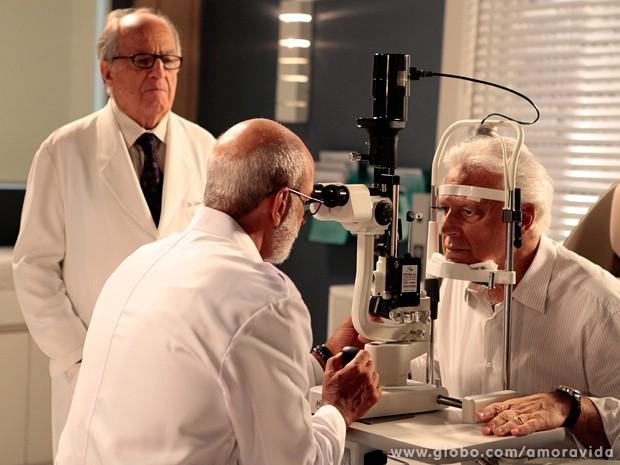 Ele passa pelo oftalmologista... (Foto: Pedro Curi / TV Globo)