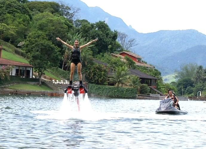 Diana Sabadini cumpriu o desafio e se aventurou no Flyboard (Foto: Plugue)