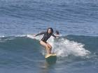 Dani Suzuki mostra habilidade sobre as ondas em dia de surfe