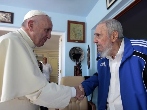 Papa Francisco e o líder cubano Fidel Castro se encontram em Havana (Foto: Alex Castro / AP)
