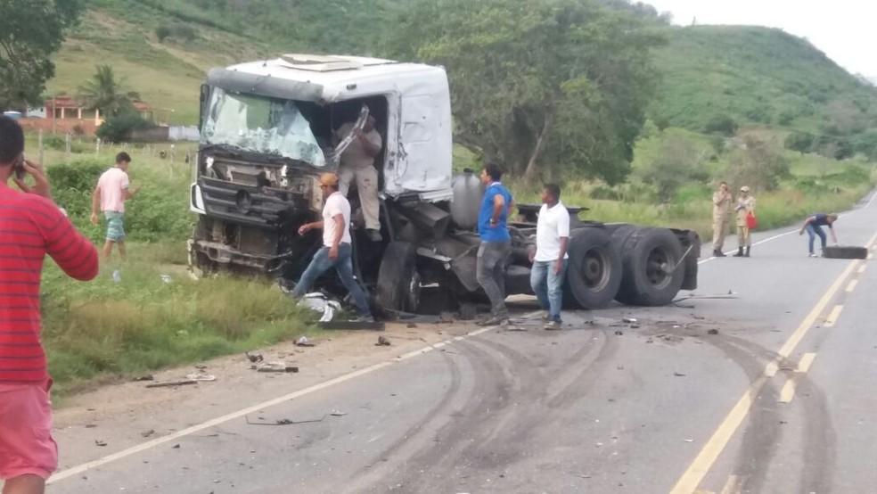 Colisão entre duas carretas deixa duas pessoas feridas na PB-079 no Agreste da Paraíba (Foto: Cabo Aleksandro/Polícia Militar)
