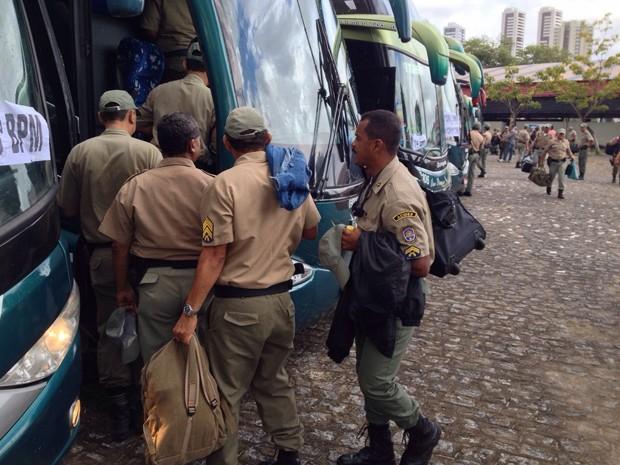 Policiais militares se organizam para viajar para o Sertão nesta quinta (23), para reforçar segurança durante o segundo turno das eleições.  (Foto:  Kety Marinho/TV Globo)