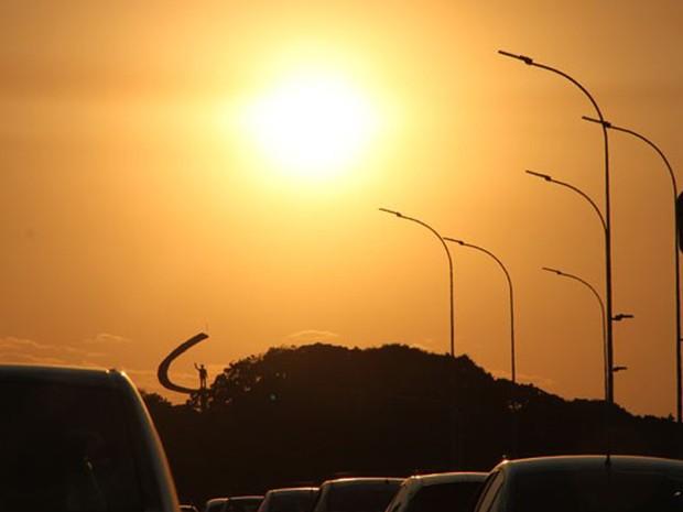 Sol forte sobre o Distrito Federal; estado iguala recorde de calor e tem umidade menor do que a do Saara (Foto: Vianey Bentes/TV Globo)