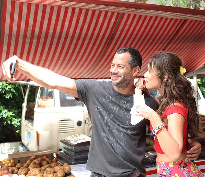 Malvino e Mariana se divertem fazendo selfie durante intervalo de gravação em feira de São Paulo  (Foto: Carol Caminha/Gshow)