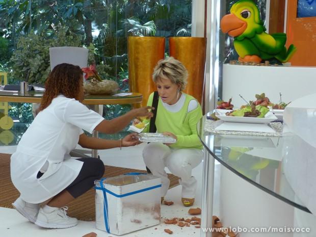 Louro José quebrou o cofrinho para comprar as empadas de Adriana (Foto: Mais Você / TV Globo)