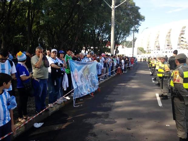 Argentinos procuram ingressos em Porto Alegre para a Copa do Mundo (Foto: Caetanno Freitas/G1)