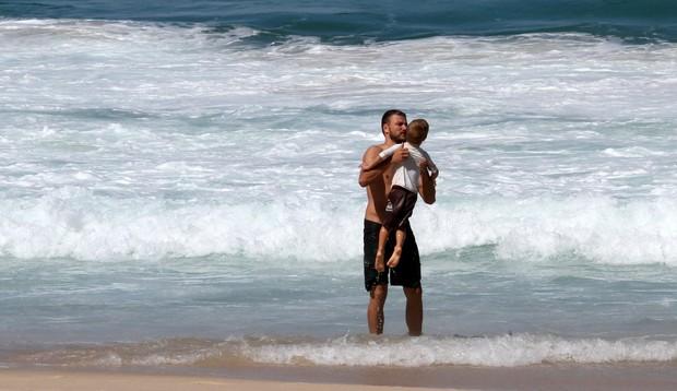 Fernanda Lima e Rodrigo Hilbert com os filhos na praia do Leblon (Foto: Wallace Barbosa/AgNews)