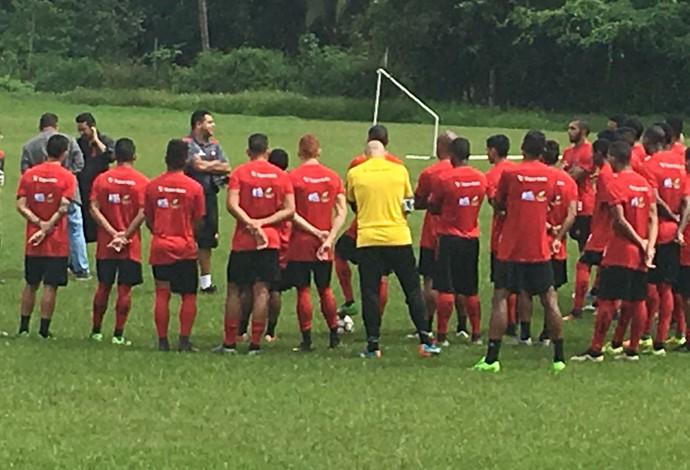 Técnico Leston Júnior já iniciou atividades no CT do clube na manhã desta segunda-feira (Foto: Zeca Soares/Globoesporte.com)