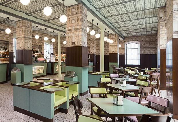 Fondazione Prada  - O museu (no alto) foi inaugurado por Miuccia há duas décadas para fomentar a arte contemporânea. O Bar Luce (acima) teve ambiente criado pelo cineasta Wes Anderson (Foto: Divulgação)