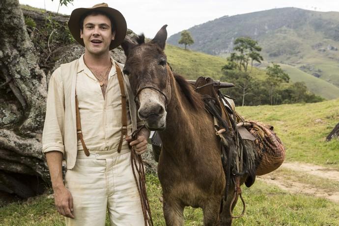Sérgio Guizé e o melhor amigo de seu personagem, Candinho: o burro Policarpo (Foto: Inácio Moraes/Gshow)