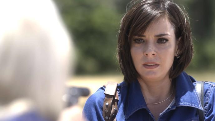 Beth fica em pânico ao ser ameaçada por Mág (Foto: TV Globo)