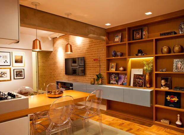 Os móveis foram feitos sob medida para o apartamento. A sala ganhou cores fortes para contrastar com a área íntima que possui cores neutras. (Foto: André Santana/Divulgação)