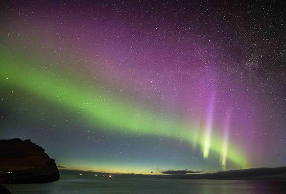 Luzes verdes e rosadas durante aurora boreal nas ilhas Faroe, Dinamarca  (Foto: © Marco Brotto)