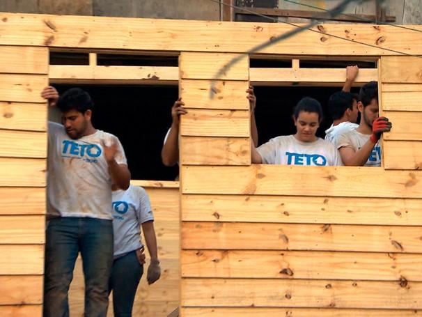 Voluntários participam do mutirão de construção nos fins de semana (Foto: Globo)