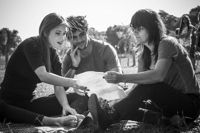 Marina Ruy Barbosa e Felipe Simas ao lado da diretora Dayse Amaral (Foto: Raphael Dias / Gshow)