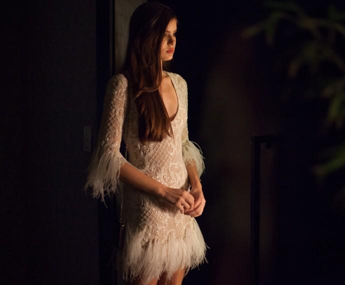 Angel arrasa com vestido que mistura texturas e plumas (Foto: Fabiano Battaglin / Gshow)