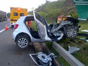 Motorista perdeu o controle do veículo (Foto: Divulgação/bombeiros)