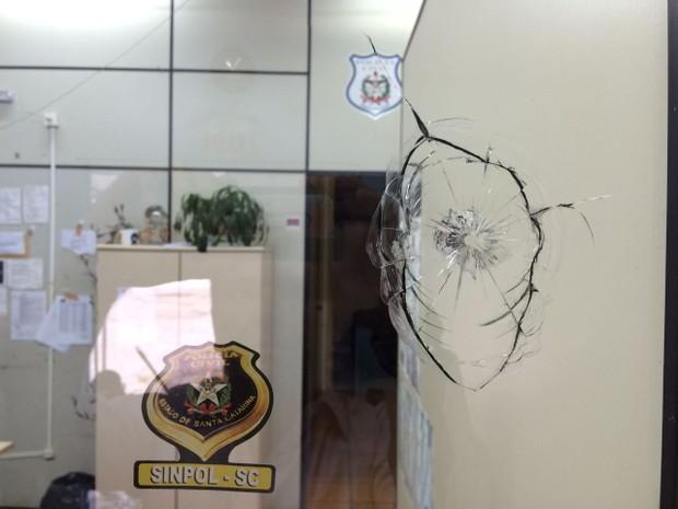 Delegacia de Canasvieiras foi alvo de disparos na madrugada (Foto: Naim Campos/RBS TV)