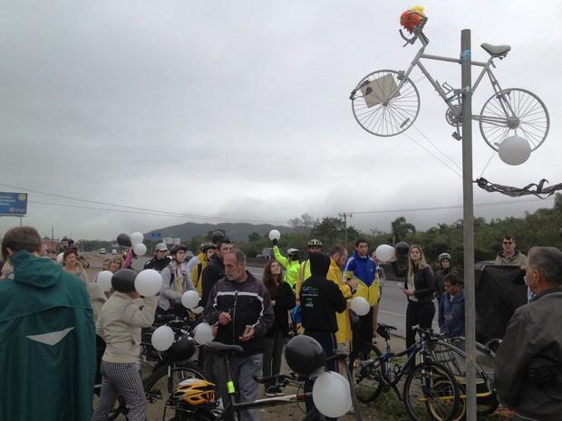 Bicicleta foi pendurada por volta de 10h20 de sábado (Foto: Naim Campos)