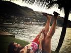 Fernanda Souza aparece de pernas para o ar em viagem a Angra dos Reis