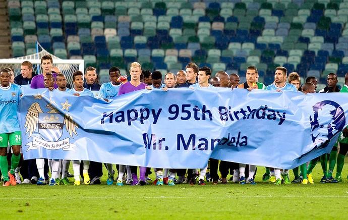 jogadores do Manchester City entram em campo com faixa de aniversário para Nelson Mandela (Foto: Reuters)