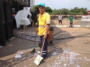 O gari Raimundo Flores diz que se orgulha do trabalho (Foto: Ísis Capistrano/ G1)