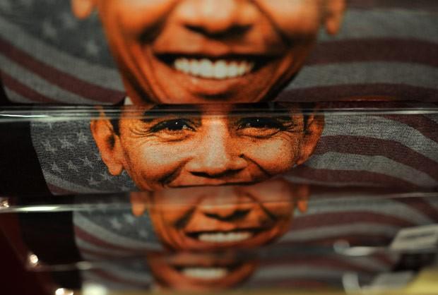 Camisetas com o rosto de Obama à venda nesta sexta-feira (18) em loja de presentes na capital americana, Washington (Foto: AFP)