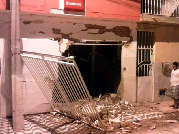 Criminosos fizeram segurança da agência nesta terça-feira (Foto: Luciano Kastro/Blog Braga)