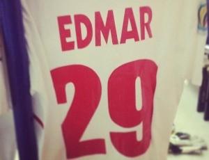 Detalhe do uniforme usado por Edmar no Al-Shorta, da Síria (Foto: Arquivo pessoal)