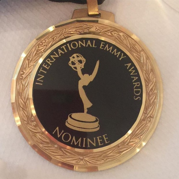 Renata Vasconcellos mostra medalha de indicação ao Emmy de Jornalismo (Foto: Reprodução/Instagram)