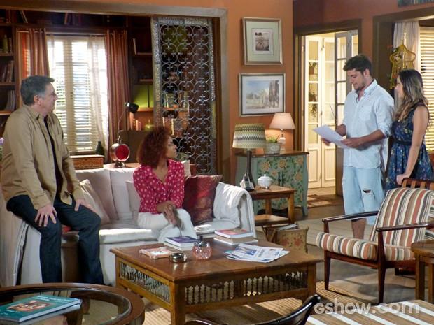 André conta que vai queimar envelope (Foto: Em Família/ TV Globo)
