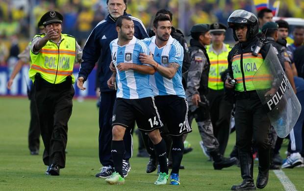 Mascherano confusão, Argentina x Equador (Foto: AP)