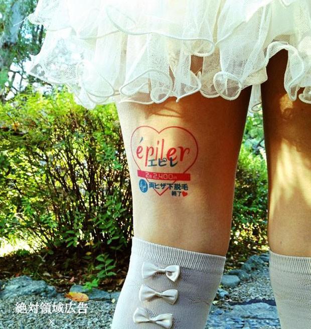 Empresa afirma que mais de 1.300 meninas participam no programa de 'anúncios com pernas' (Foto: Reprodução)