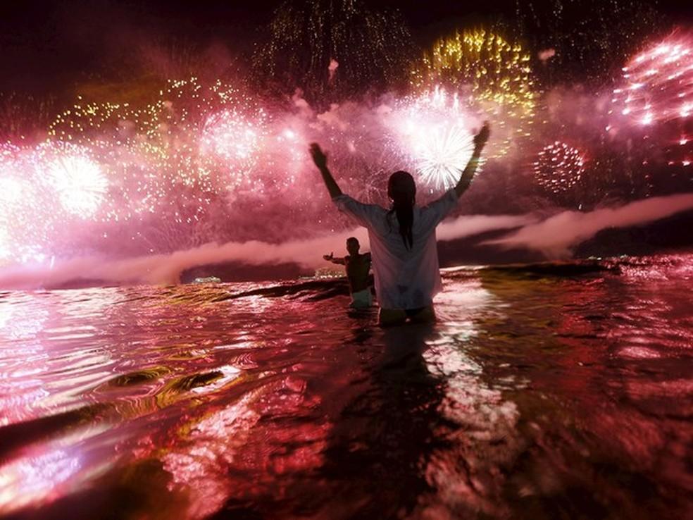 Casal comemora a chegada de 2016 em Copacabana. (Foto: Ricardo Moraes/Reuters)