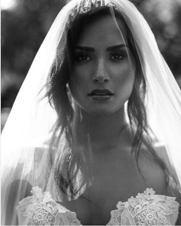 A cantora Demi Lovato vestida de noiva em cena de um clipe (Foto: Instagram)