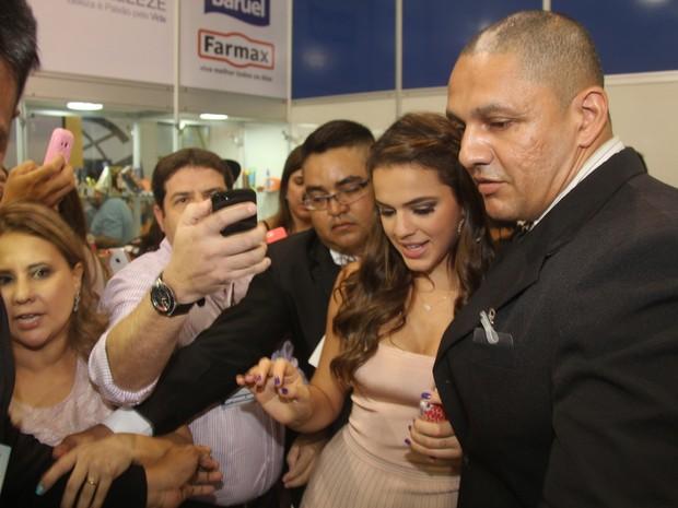 Cercada por seguranças, Bruna Marquezine chega a evento em Belém (Foto: Wesley Costa/ Ag. News)