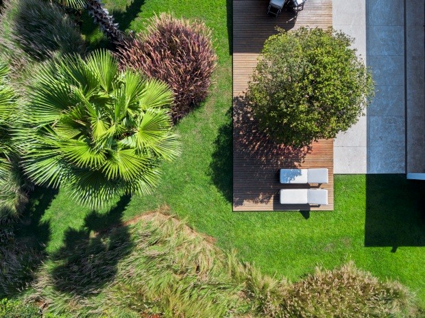Vista aérea. De cima, é possível ver o bonito desenho formado pela vegetação. Em primeiro plano, capim-do-texas verde, seguido por palmeiras-washingtonia, capim-do-texas rubro e jabuticabeira (Foto: Yuri Seródio / Divulgação)