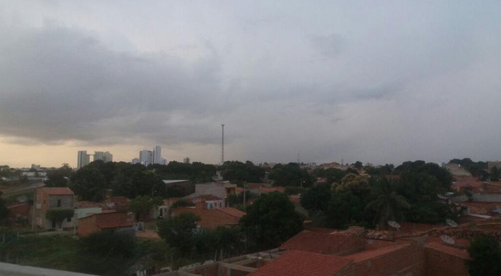 Em Juazeiro do Norte o tempo ficou nublado no fim da tarde desta quarta-feira (24). Chuvas caíram em alguns bairros (Foto: Paulo Henrique Rodrigues/TV Verdes Mares Cariri)