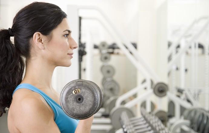 Mulher musculação euatleta (Foto: Getty Images)
