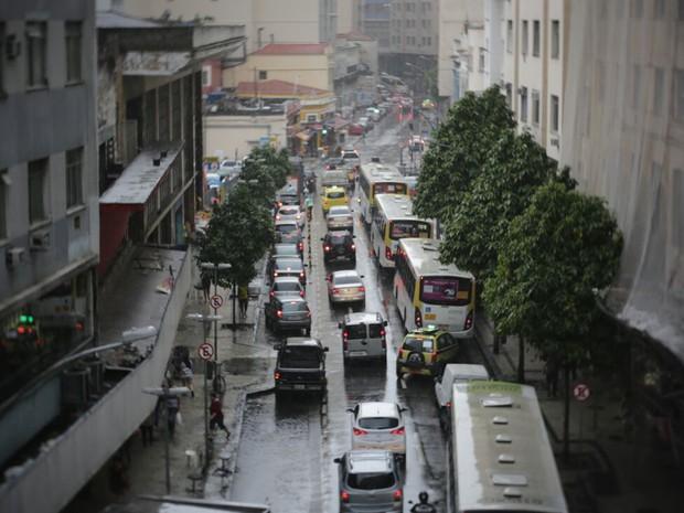 Chuva pegou motoristas e pedestres de surpresa na Lapa, no Centro do Rio (Foto: Rodrigo Gorosito/G1 Rio)