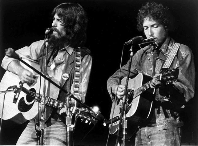 George Harrison e Bob Dylan (com o violo leiloado) no Concert for Bangladesh, em 1971 (Foto: Divulgao/Heritage Auctions)