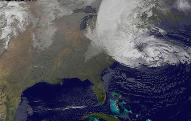 Imagem de satélite mostra Sandy sobre a Costa Leste dos EUA nesta terça-feira (30) (Foto: AP)