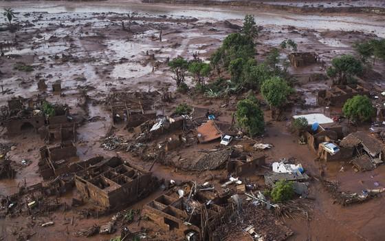 Estragos causados pelo rompimento da barragem em Mariana, Minas Gerais (Foto: Felipe Dana/AP)