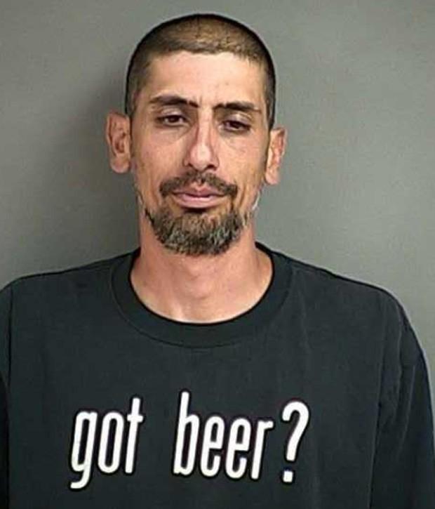 Christopher Haro foi preso por dirigir embriagado e foi flagrado com camiseta com frase 'tem cerveja?' (Foto: Divulgação/Douglas County Sheriff's Office)