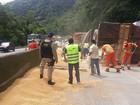 Caminhão carregado com soja tomba e interdita BR-277, no litoral do Paraná