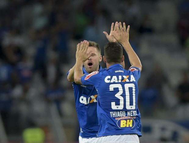 Thiago Neves comemora gol pelo Cruzeiro contra o Grêmio