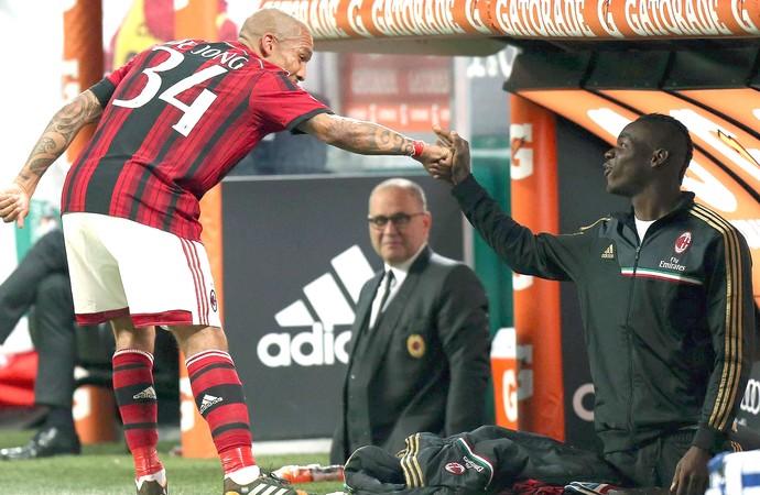 De Jong e Balotelli comemoração Milan e Sassuolo (Foto: EFE)