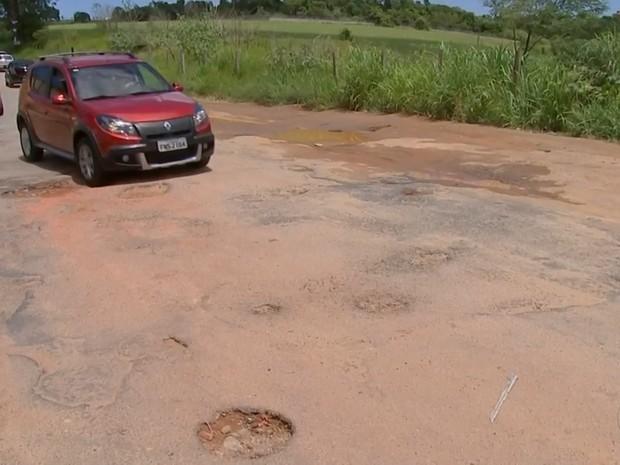 São mais de dois quilômetros de buracos em asfalto (Foto: Reprodução/TV TEM)